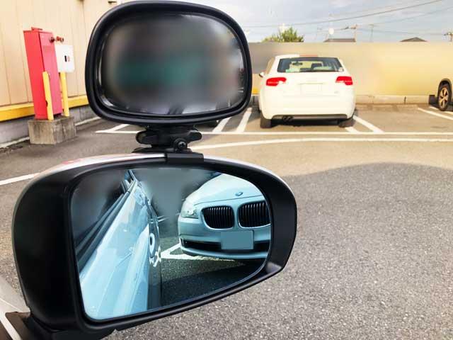 バック駐車する教習車